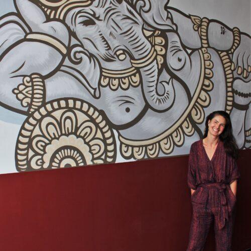 Marije bij een pasgeschilderde Ganesha