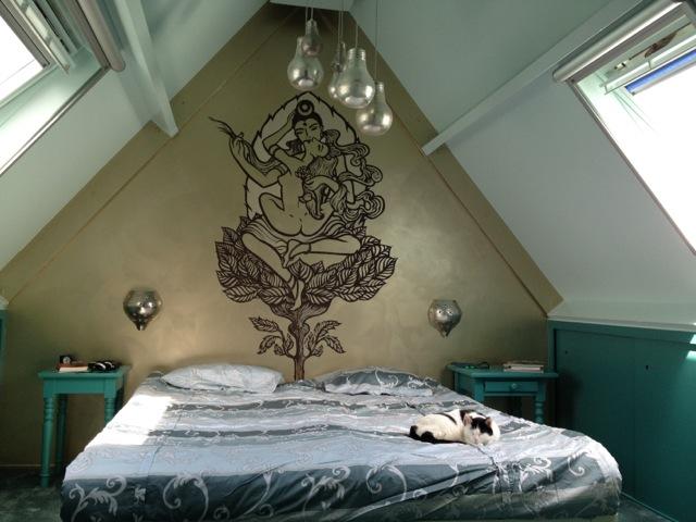 Slaapkamer van Jennifer en Rob met muurschildering van Atelier Aandacht